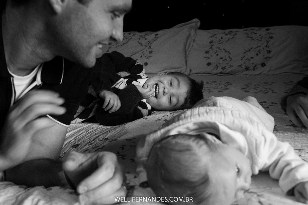 papai brincando com a filhinha