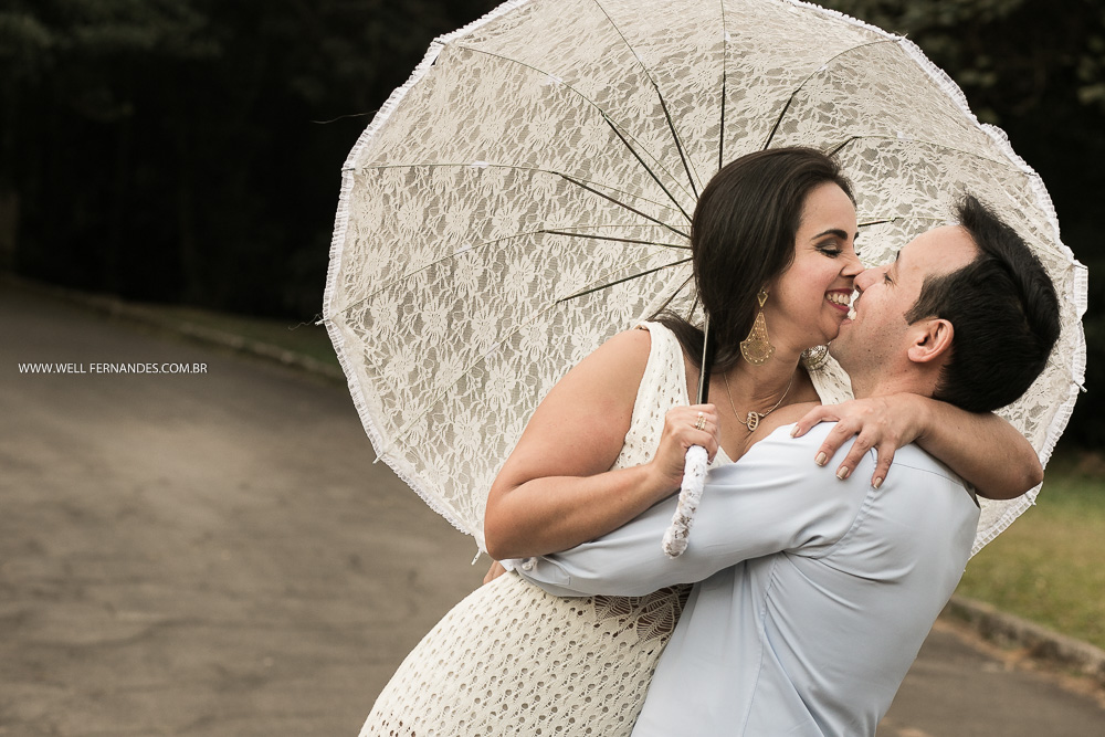 abraço com  guarda-chuva