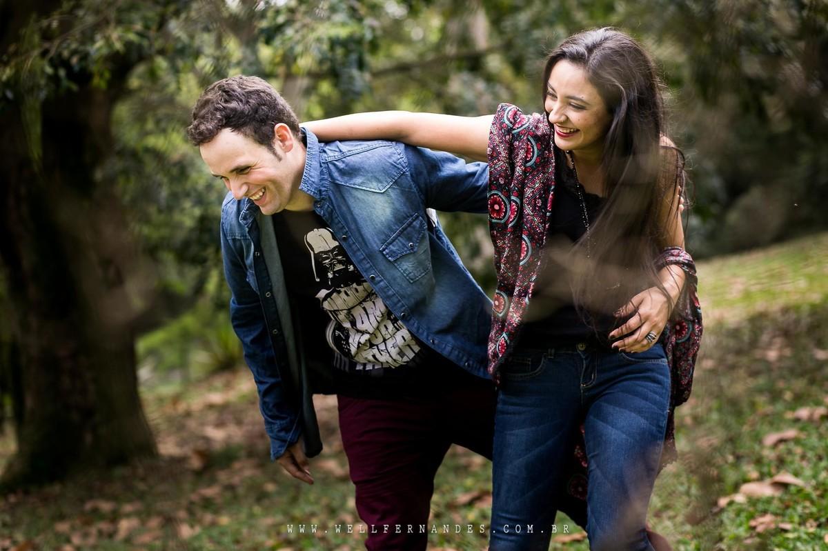Ensaio de casal divertido