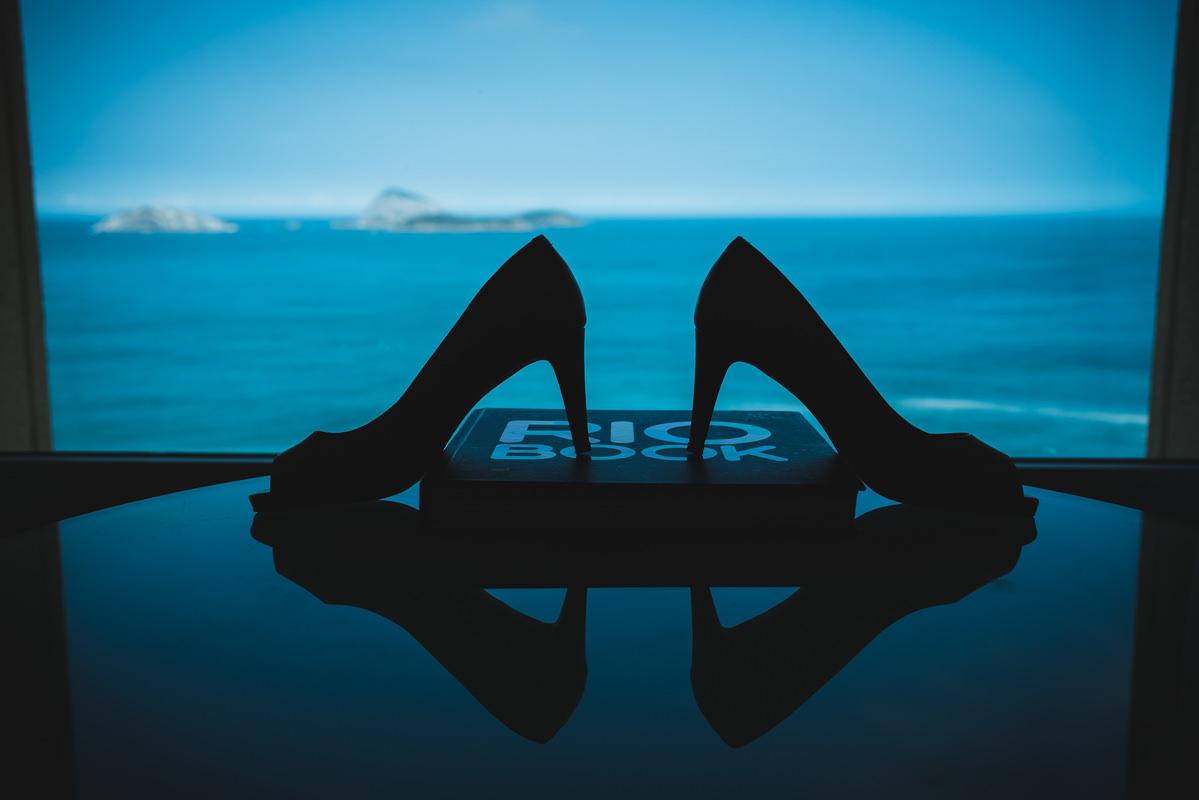 Sapato da noiva Karine no making of com vista para a praia de Ipanema, Caesar Park Ipanema, Rio de Janeiro/RJ