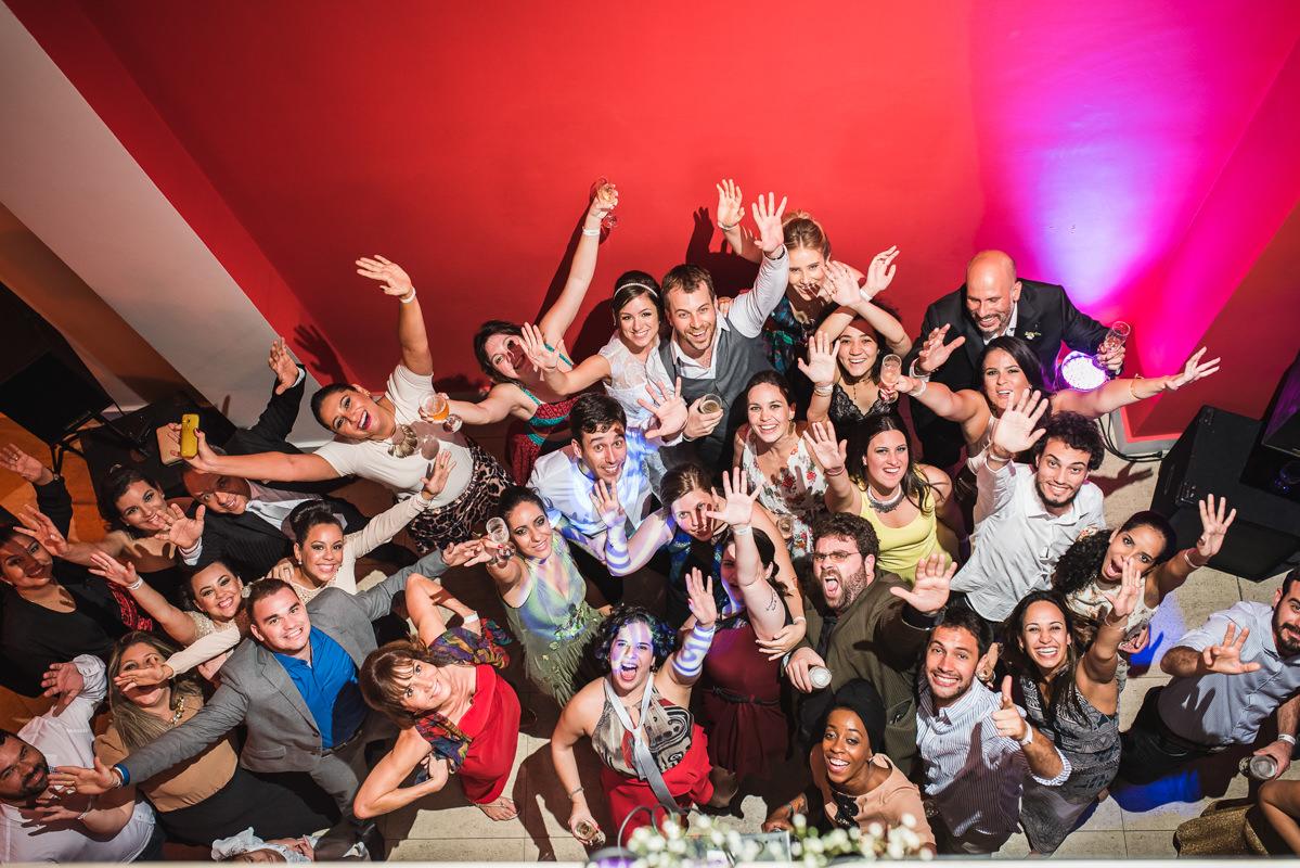Noivos e convidados felizes e animados na festa de casamento de Karine e Pedro na Galeria Scenarium/Rio Scenarium, Rio de Janeiro/RJ
