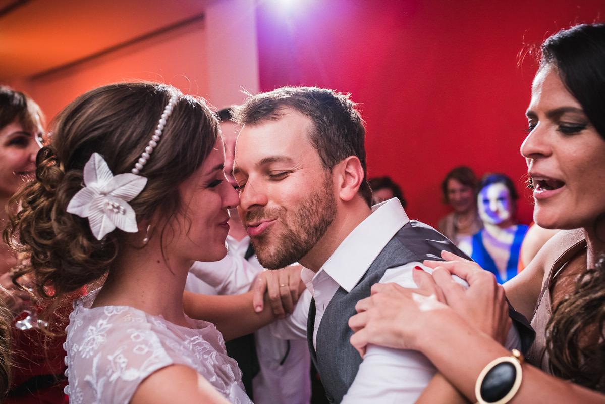 O noivo Pedro tentando beijar a noiva Karine na festa de casamento na Galeria Scenarium/Rio Scenarium, Rio de Janeiro/RJ