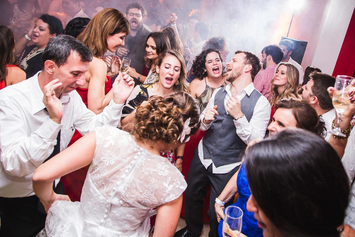 Noivos e convidados dançando animados na festa de casamento de Karine e Pedro na Galeria Scenarium/Rio Scenarium, Rio de Janeiro/RJ
