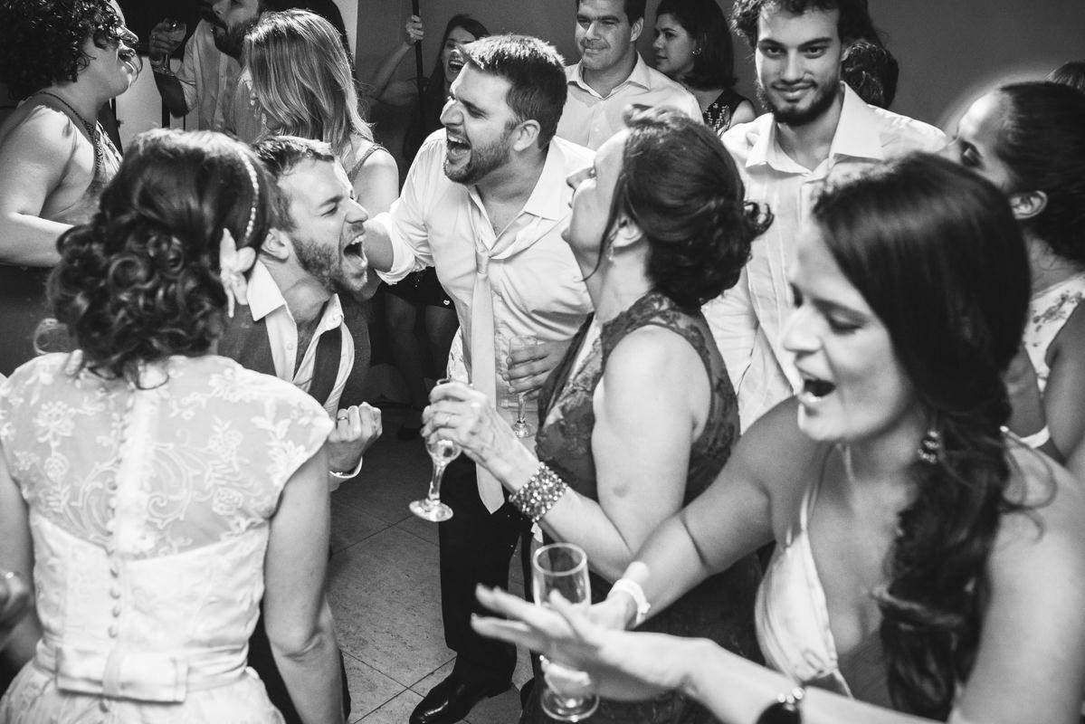 O noivo e seus convidados animados na pista de dança do casamento de Karine e Pedro na Galeria Scenarium/Rio Scenarium, Rio de Janeiro/RJ