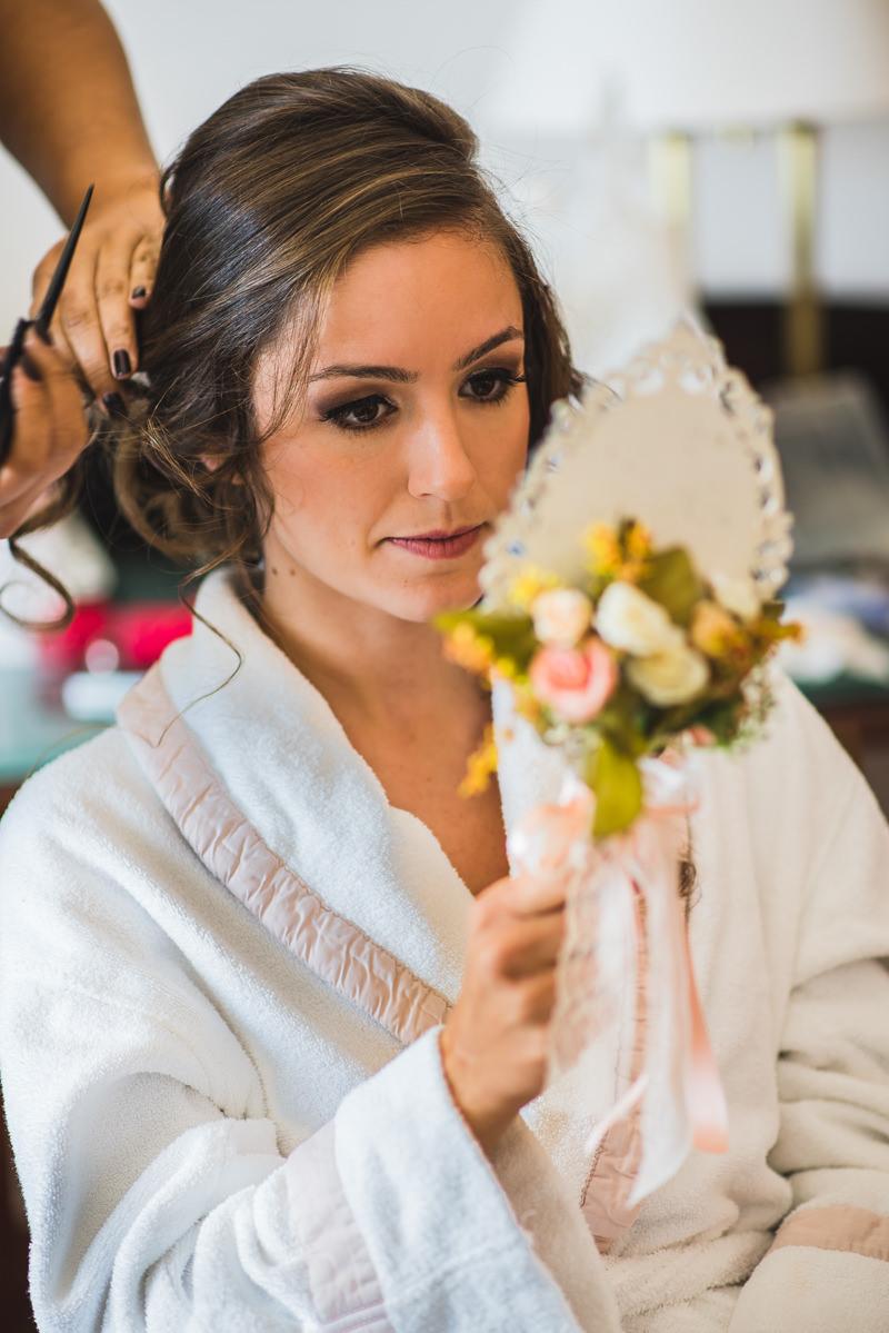 Noiva Karine se olhando no espelho no seu making of no Caesar Park Ipanema, Rio de Janeiro/RJ