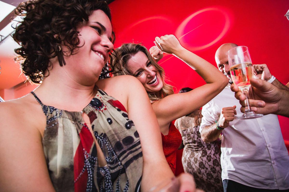 Convidados dançando na pista de dança do casamento de Karine e Pedro na Galeria Scenarium/Rio Scenarium, Rio de Janeiro/RJ