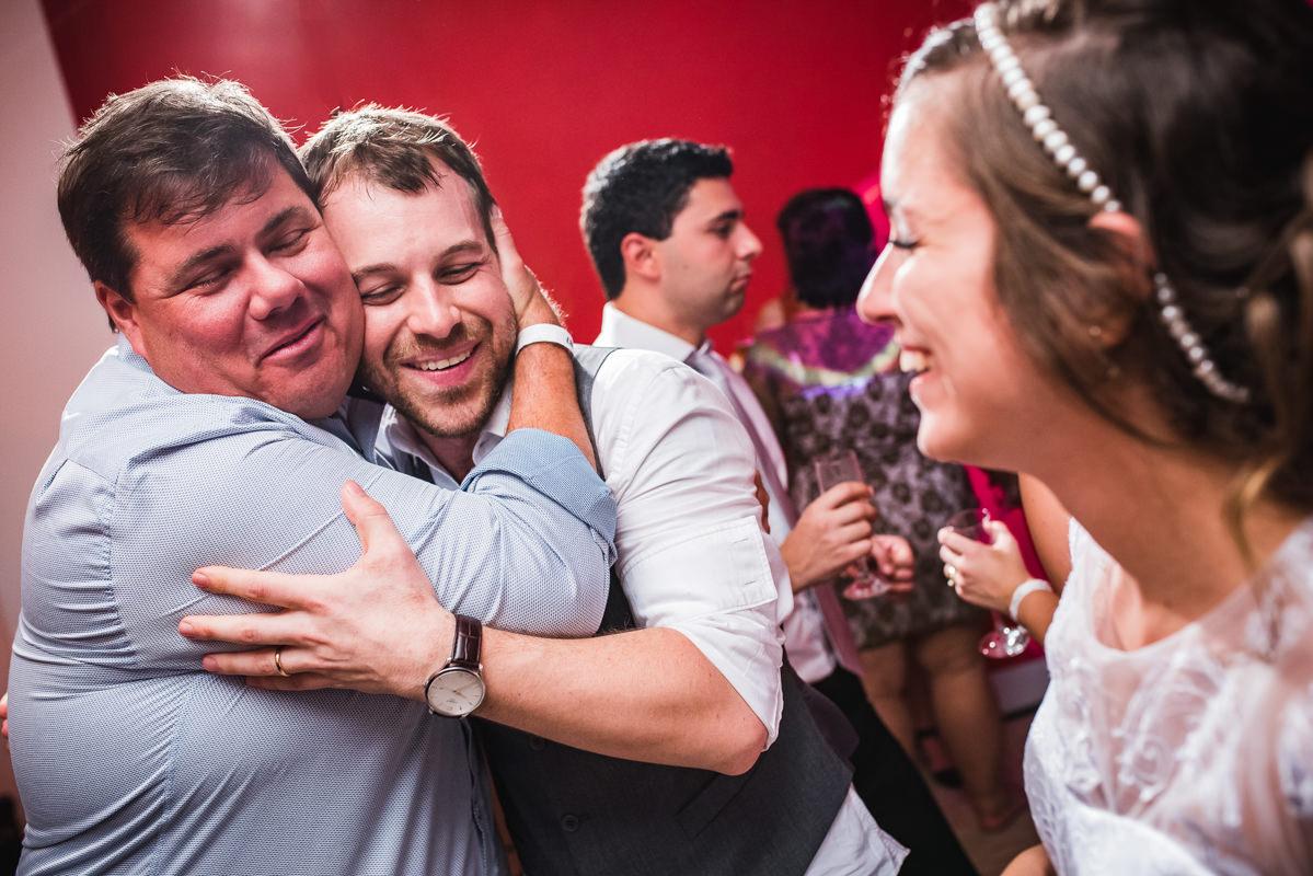 A noiva Karine vendo o abraço emocionado do noivo Pedro em seu amigo, Galeria Scenarium/Rio Scenarium, Rio de Janeiro/RJ