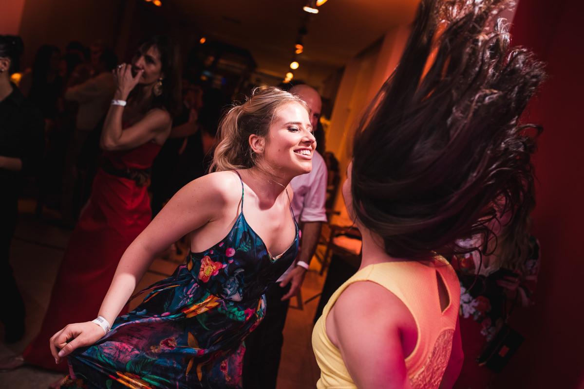 Convidadas dançando felizes e animadas no casamento de Karine e Pedro na Galeria Scenarium/Rio Scenarium, Rio de Janeiro/RJ