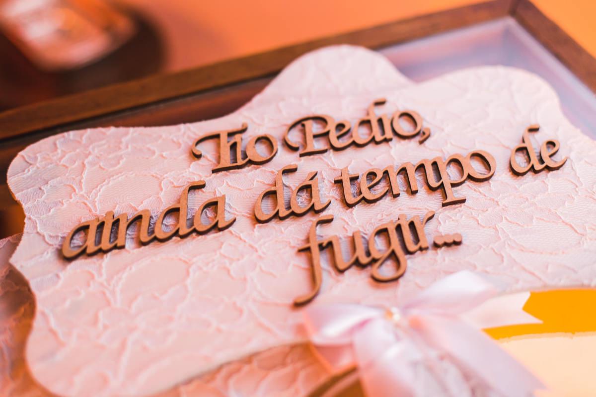Plaquinha da daminha e do pajem no casamento dos noivos Karine e Pedro na Galeria Scenarium/Rio Scenarium, Rio de Janeiro/RJ
