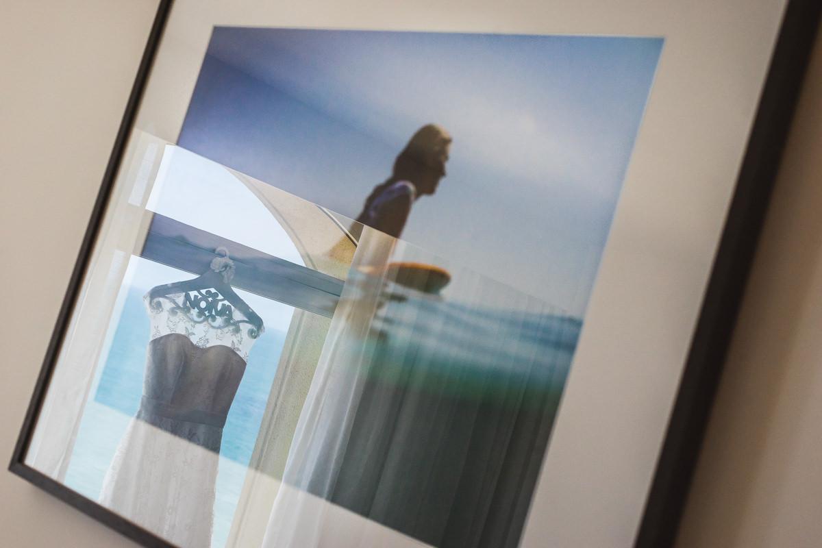 O vestido da noiva Karine refletido no quadro da surfista no making of no Caesar Park Ipanema, Rio de Janeiro/RJ