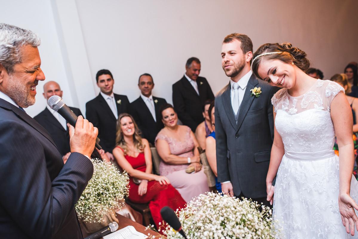 Os noivos Karine e Pedro na cerimônia do seu casamento na Galeria Scenarium/Rio Scenarium, Rio de Janeiro/RJ