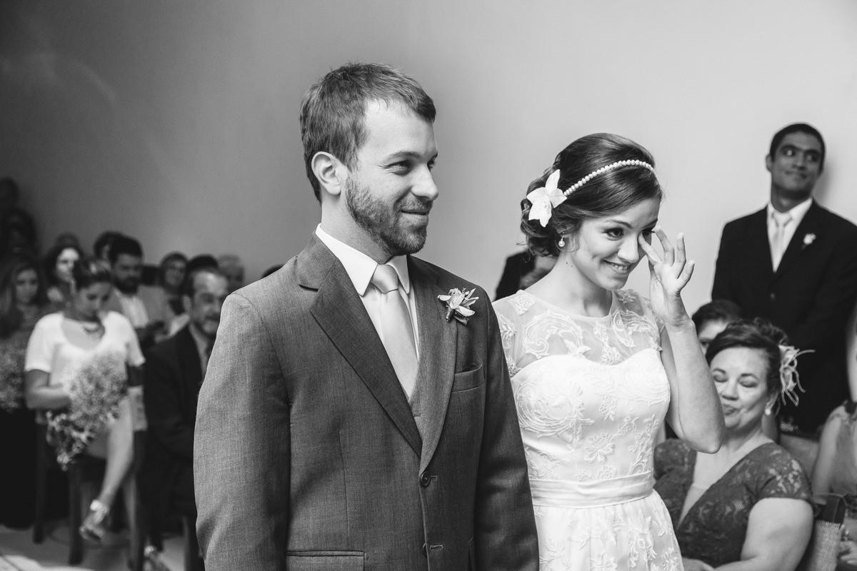 A noiva Karine emocionada na cerimônia do seu casamento na Galeria Scenarium/Rio Scenarium, Rio de Janeiro/RJ