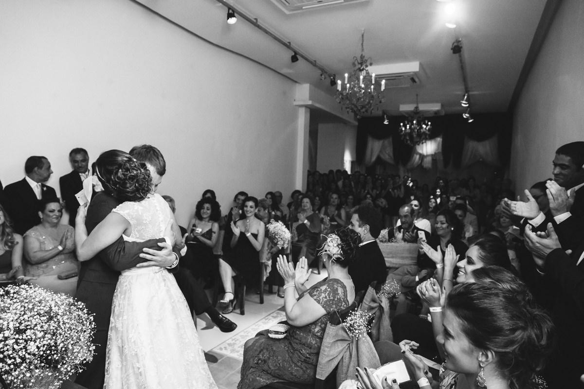 Convidados aplaudindo os noivos Karine e Pedro na cerimônia de casamento na Galeria Scenarium/Rio Scenarium, Rio de Janeiro/RJ