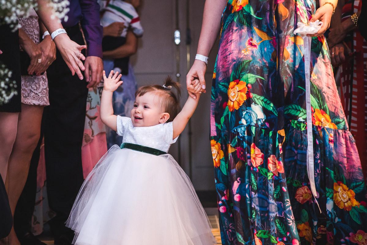 Daminha entrando com a ajuda da mãe na cerimônia do casamento de Karine Pedro na Galeria Scenarium/Rio Scenarium, Rio de Janeiro/RJ