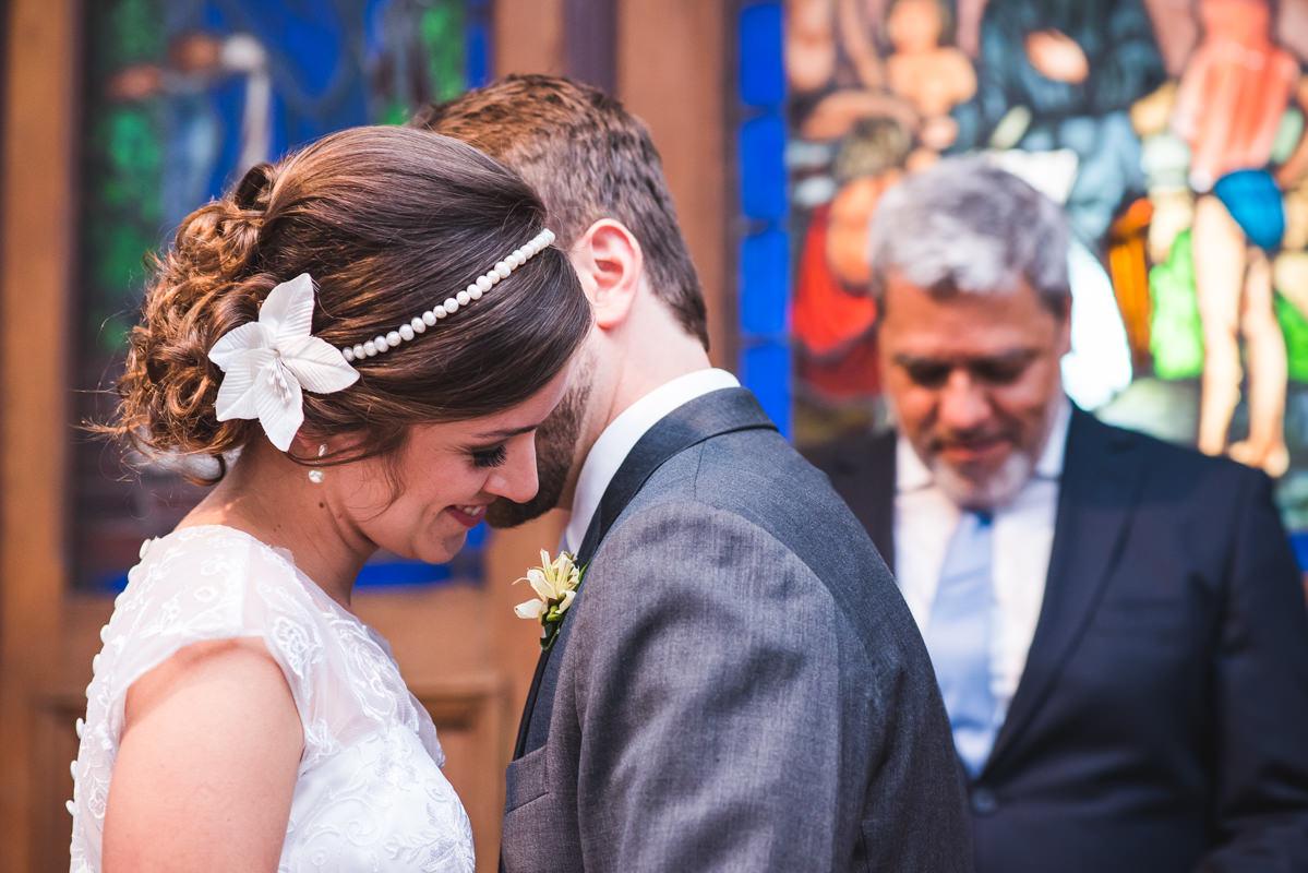 O noivo Pedro sussurrando no ouvido de sua noiva Karine na celebração do seu casamento na Galeria Scenarium/Rio Scenarium, Rio de Janeiro/RJ