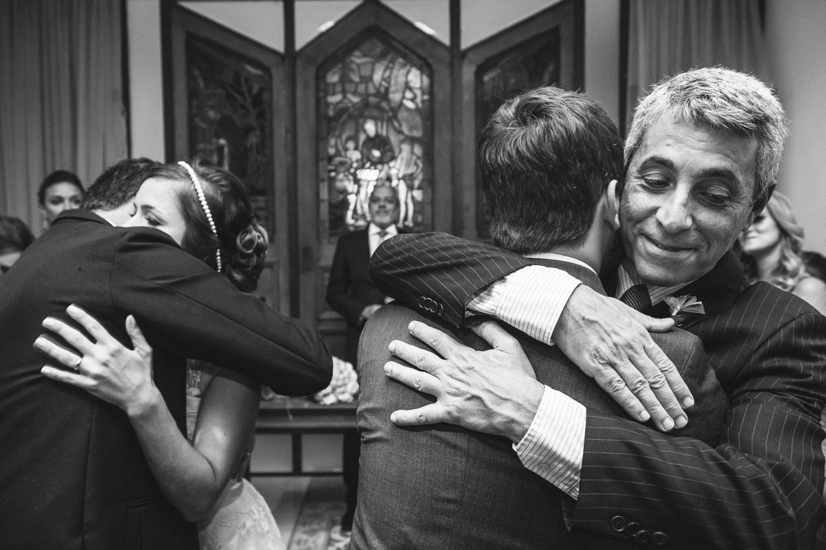 Abraços emocionados dos pais dos noivos em seus filhos na cerimônia de casamento na Galeria Scenarium/Rio Scenarium, Rio de Janeiro/RJ
