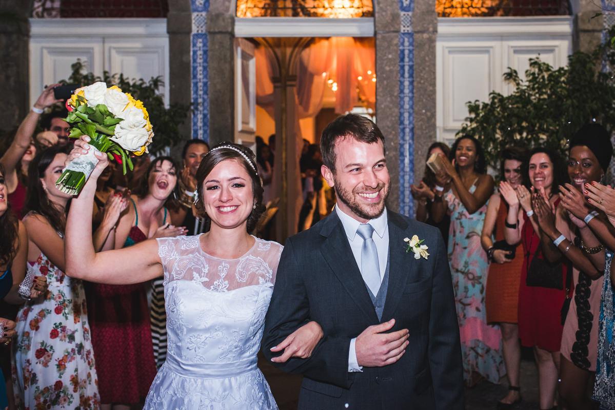 Convidados aplaudindo os noivos Karine e Pedro depois da celebração do casamento na Galeria Scenarium/Rio Scenarium, Rio de Janeiro/RJ