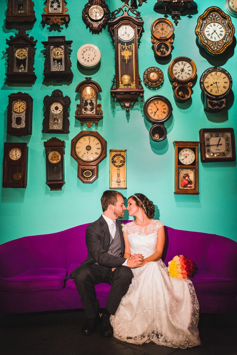 Ensaio do noivos Karine e Pedro na parede dos relógios no Rio Scenarium, Rio de Janeiro/RJ