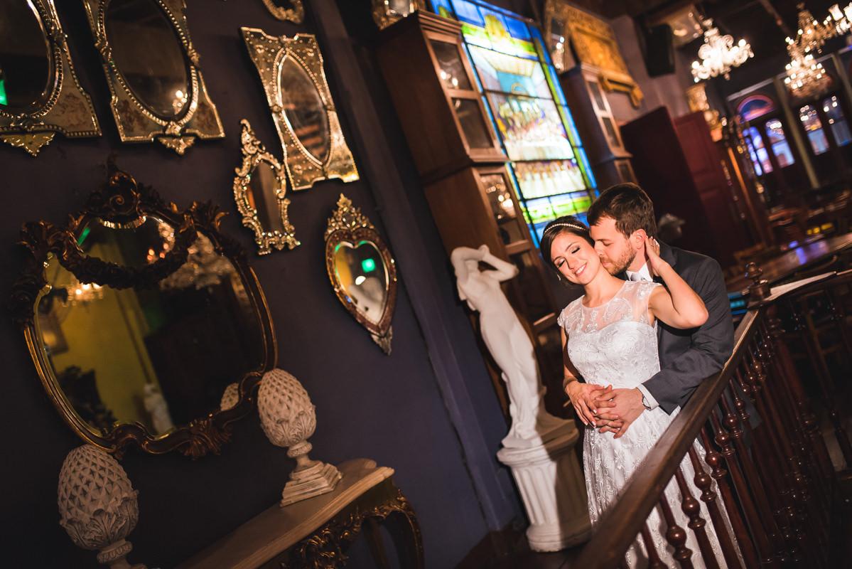 Ensaio do noivos Karine e Pedro na parede dos espelhos no Rio Scenarium, Rio de Janeiro/RJ