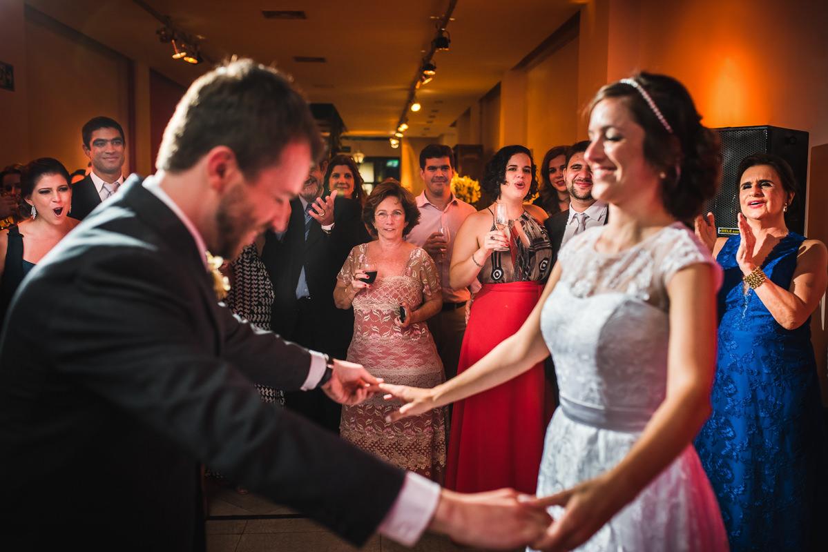 Convidados assistindo a dança do casal Karine e Pedro para abertura da pista de dança na festa de casamento na Galeria Scenarium/Rio Scenarium, Rio de Janeiro/RJ