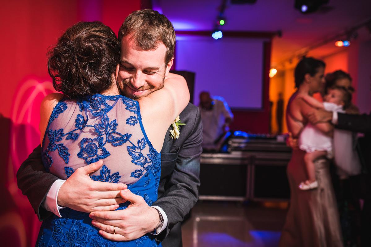 Muita emoção no abraço da mãe do noivo em seu filho Pedro na festa de casamento na Galeria Scenarium/Rio Scenarium, Rio de Janeiro/RJ