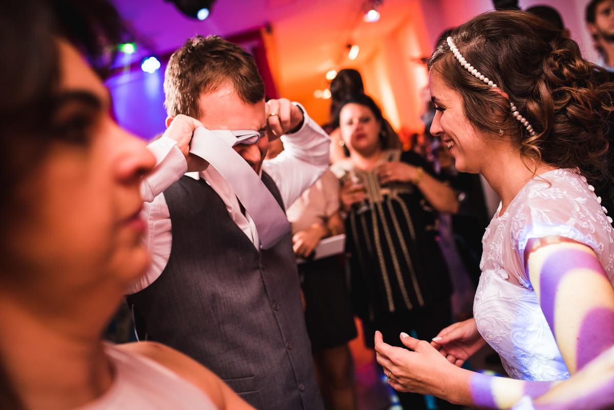 Noivos e convidados felizes na festa de casamento de Karine e Pedro na Galeria Scenarium/Rio Scenarium, Rio de Janeiro/RJ