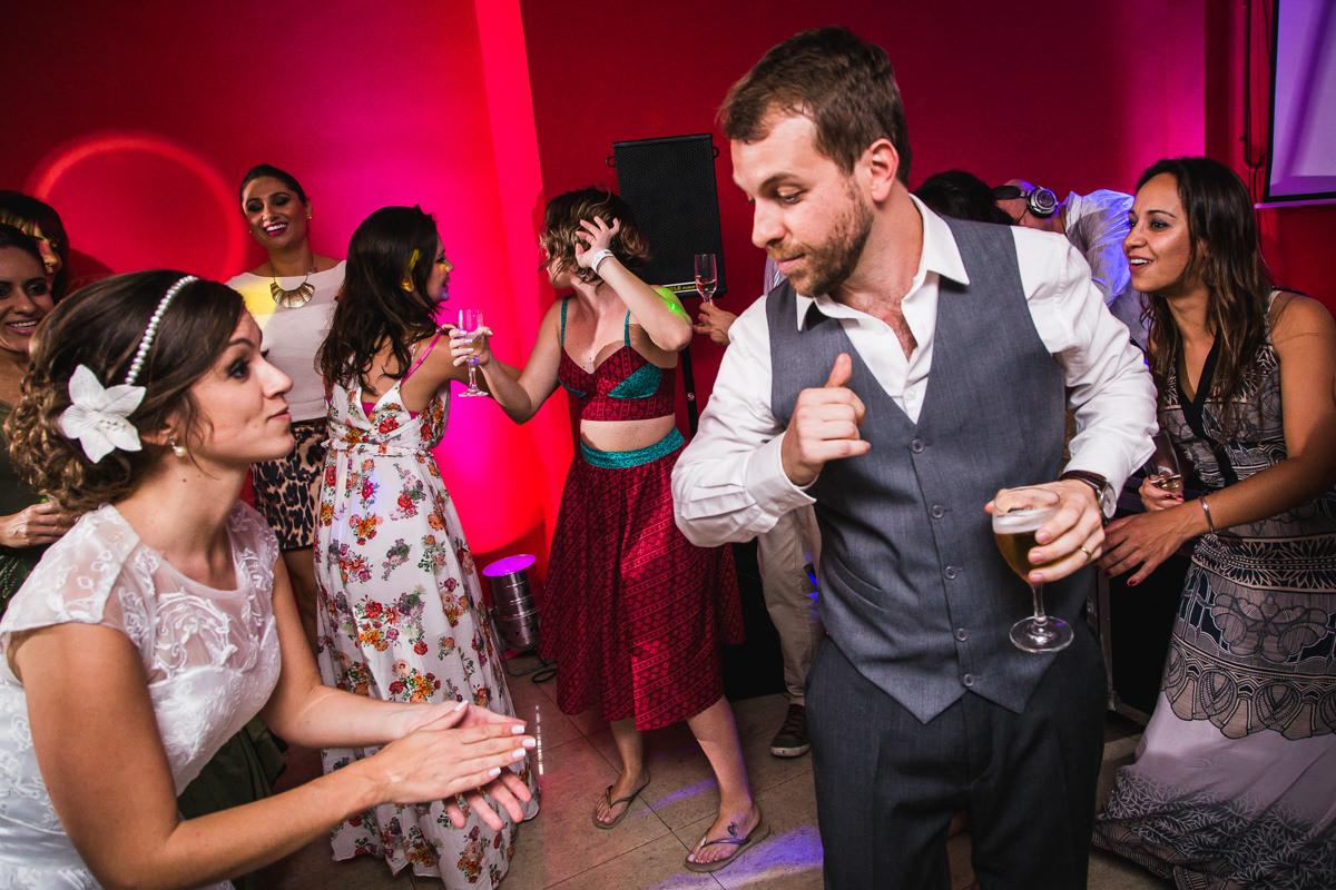 Noivos Karine e Pedro sambando na festa de casamento na Galeria Scenarium/Rio Scenarium, Rio de Janeiro/RJ