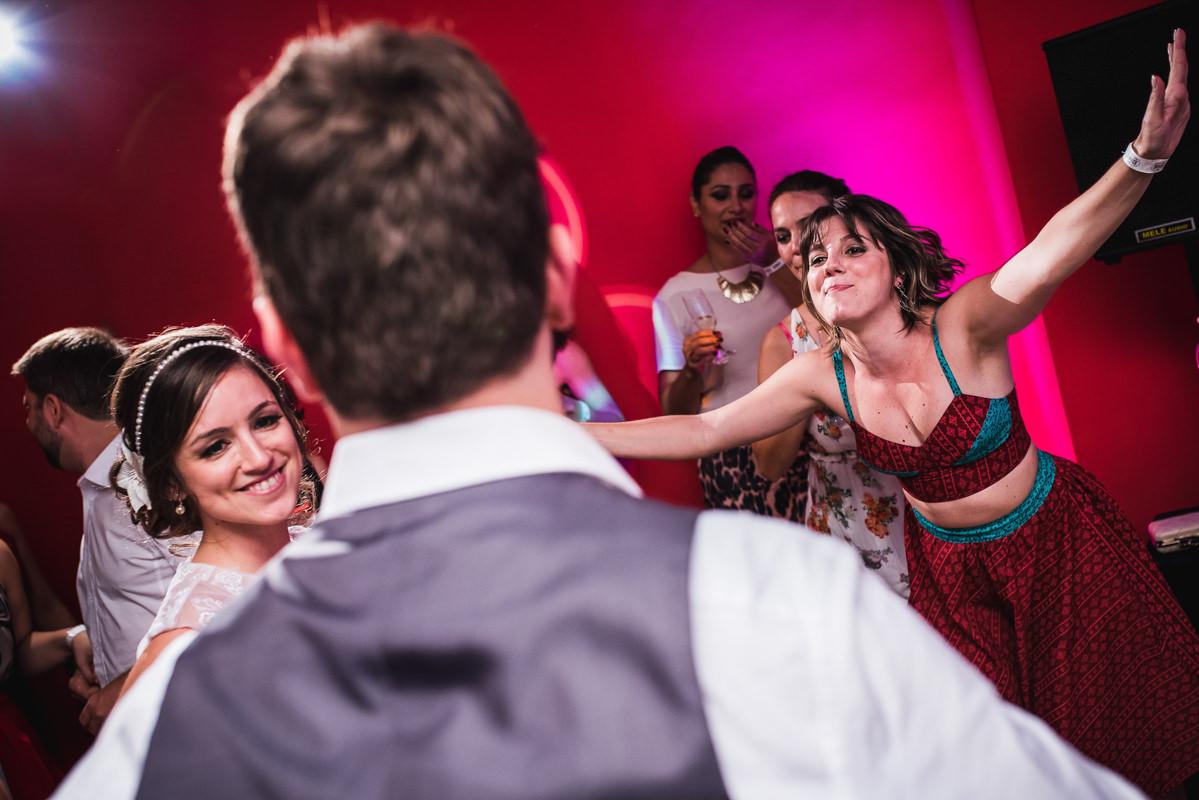 Amiga da noiva vindo feliz dar um abraço no noivo no casamento de Karine e Pedro na Galeria Scenarium/Rio Scenarium, Rio de Janeiro/RJ