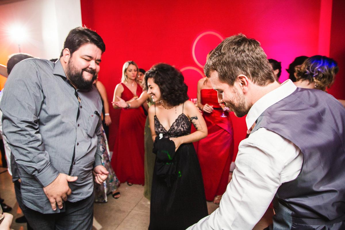 Noivo Pedro dançando feliz com seu amigo e sua irmã no seu casamento na Galeria Scenarium/Rio Scenarium, Rio de Janeiro/RJ