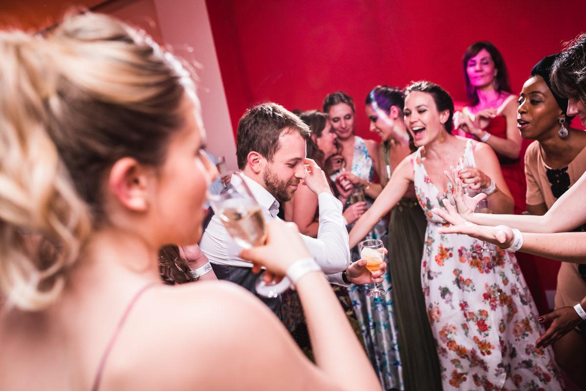 Noivo Pedro e seus familiares dançando felizes no seu casamento na Galeria Scenarium/Rio Scenarium, Rio de Janeiro/RJ