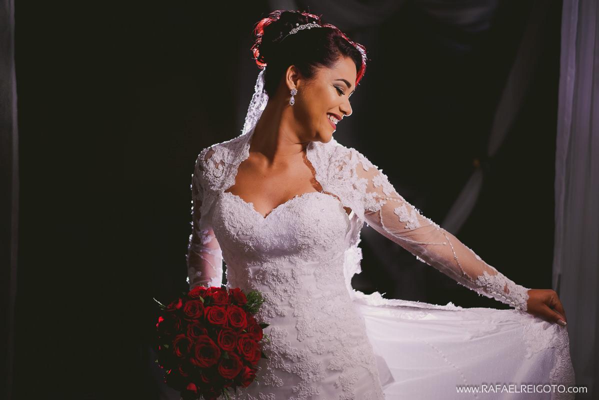 A noiva Priscila olhando seu vestido quando acabou o making of, Green House Buffet, Ilha do Governador, Rio de Janeiro/RJ