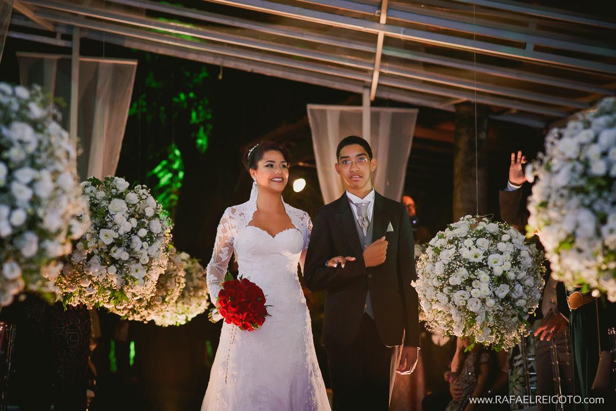 A entrada da noiva Priscila com seu irmão na cerimônia do seu casamento na Green House Buffet, Ilha do Governador, Rio de Janeiro/RJ