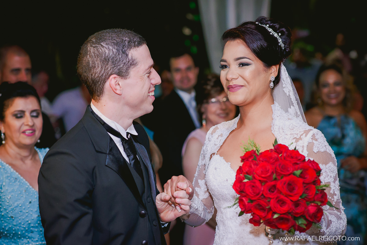 O noivo Vitor recebendo sua noiva Priscila na cerimônia do seu casamento na Green House Buffet, Ilha do Governador, Rio de Janeiro/RJ