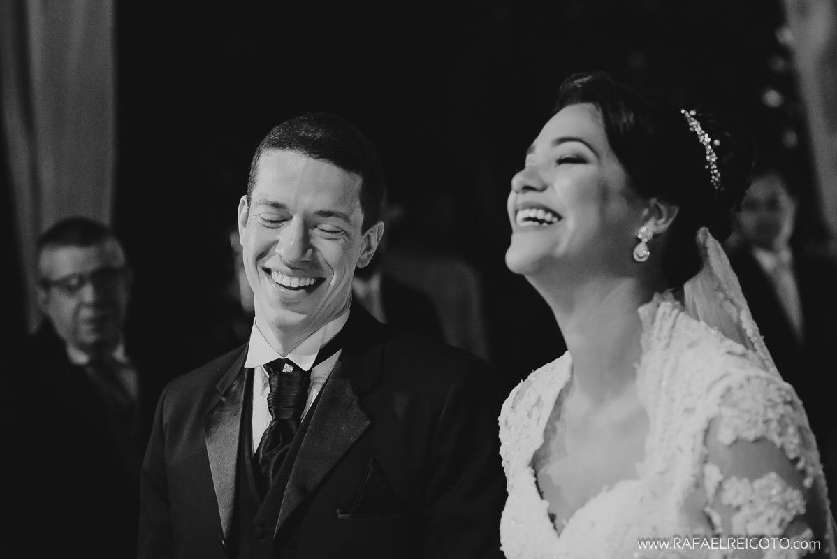Os noivos Priscila e Vitor felizes na cerimônia do casamento na Green House Buffet, Ilha do Governador, Rio de Janeiro/RJ