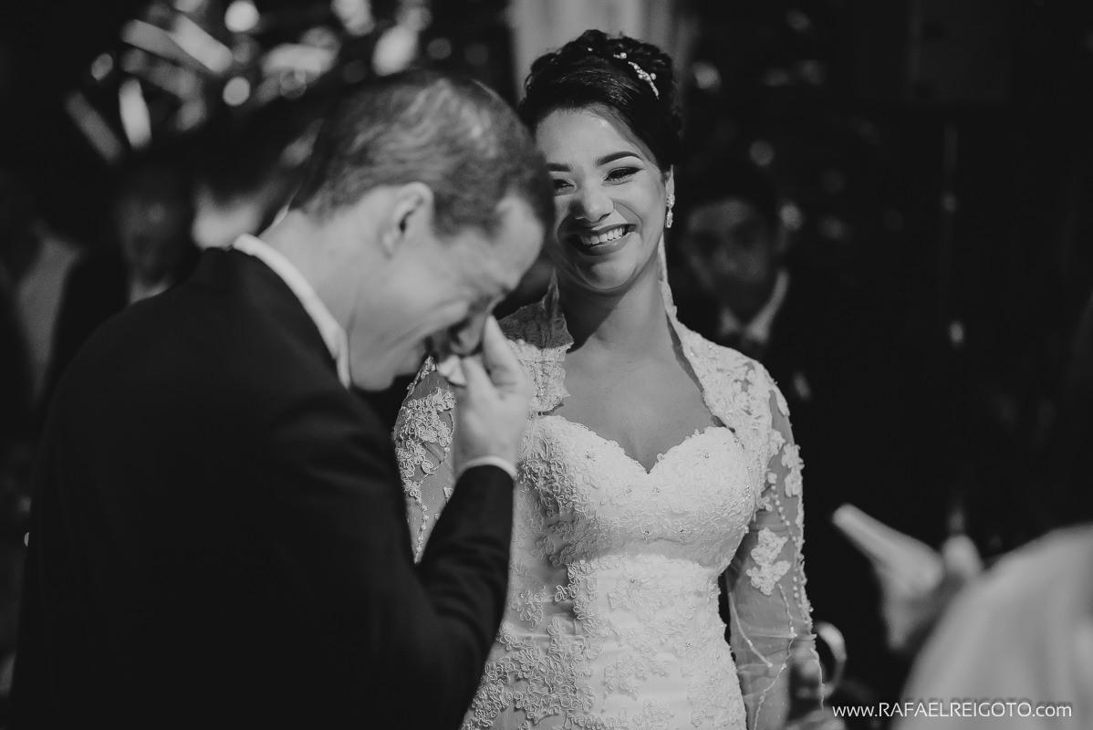 O noivo Vitor emocionado com os votos de sua noiva Priscila na celebração do casamento na Green House Buffet, Ilha do Governador, Rio de Janeiro/RJ