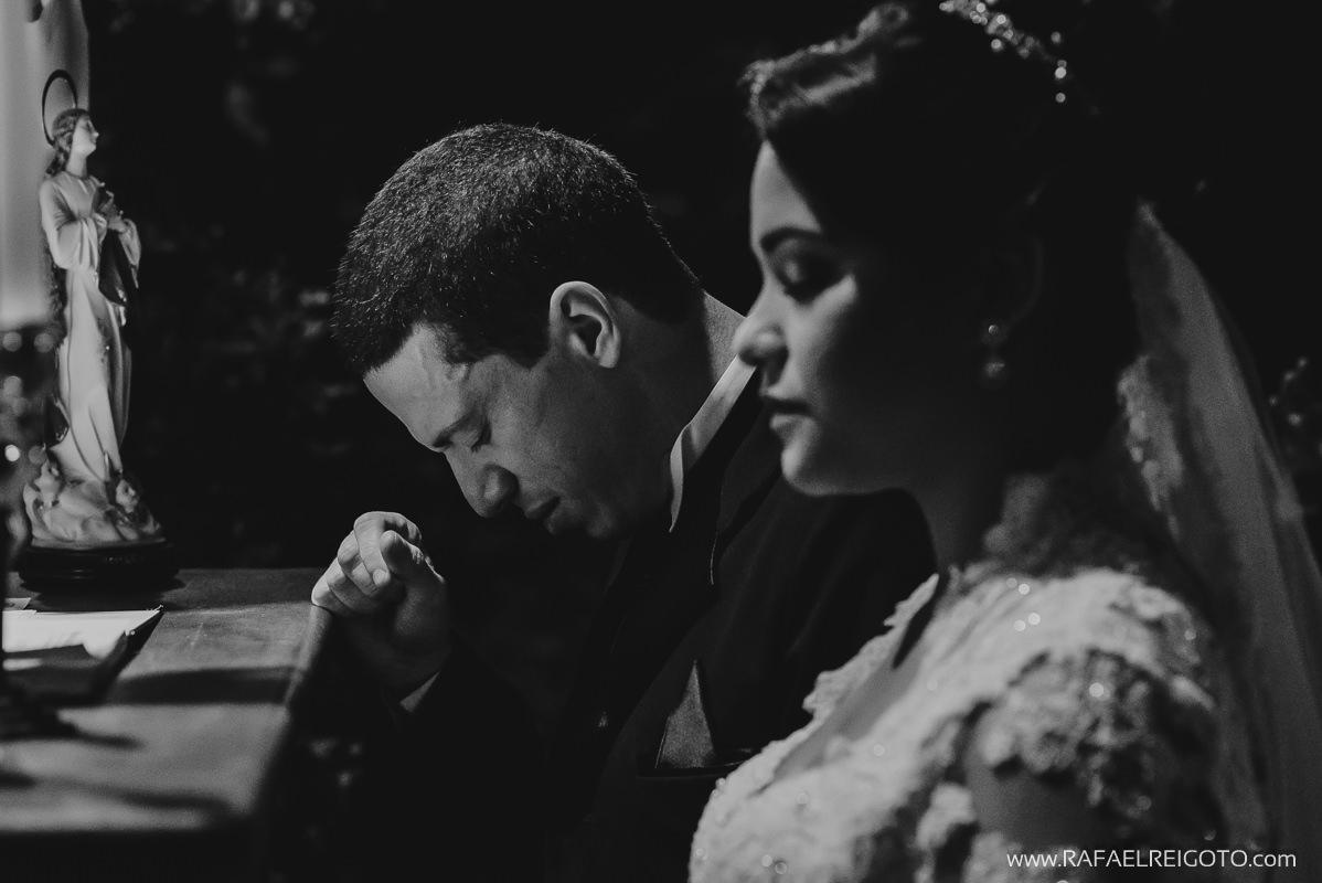 Os noivos Priscila e Vitor em momento de oração na cerimônia de casamento na Green House Buffet, Ilha do Governador, Rio de Janeiro/RJ