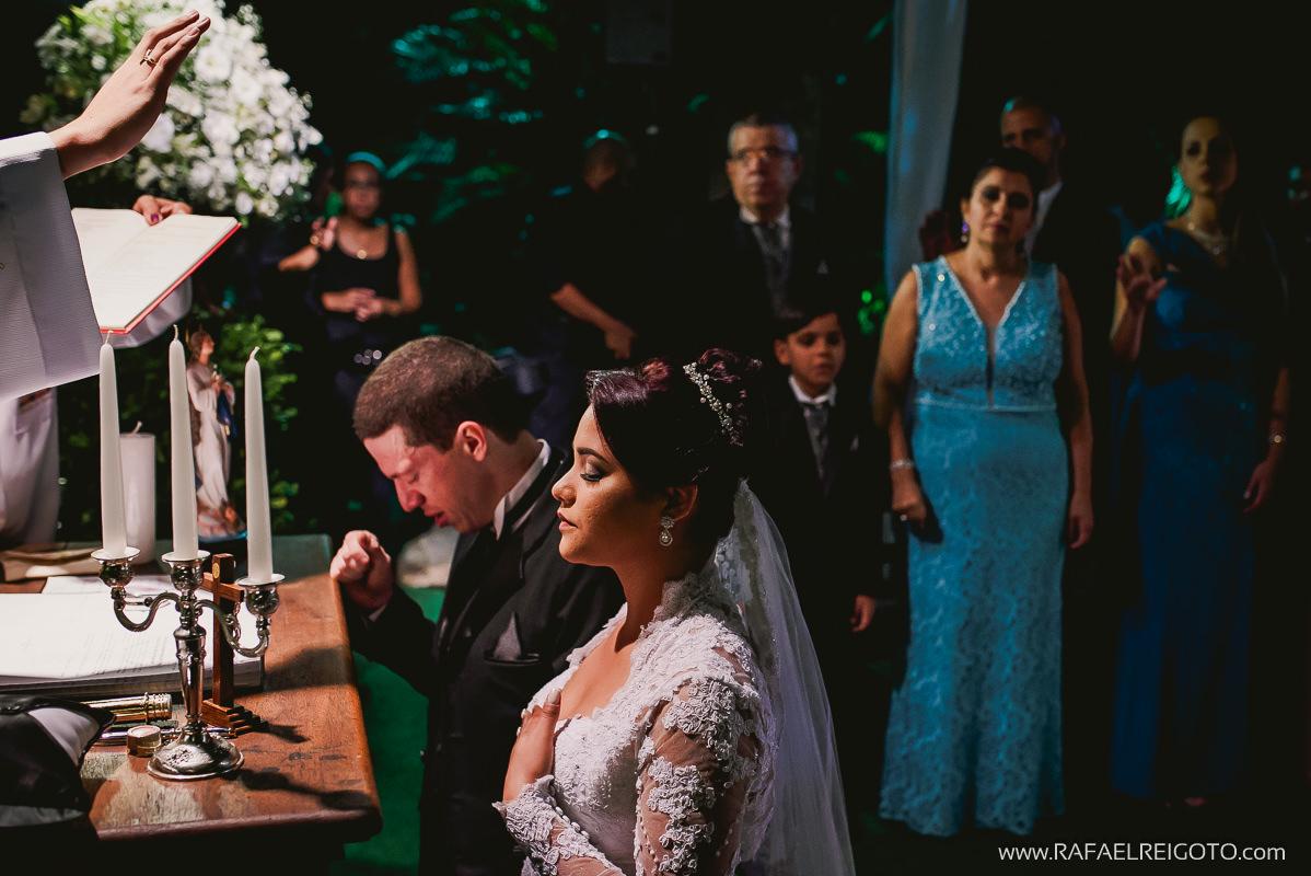 O noivo Vitor chorando emocionado em momento de oração na cerimônia de casamento na Green House Buffet, Ilha do Governador, Rio de Janeiro/RJ