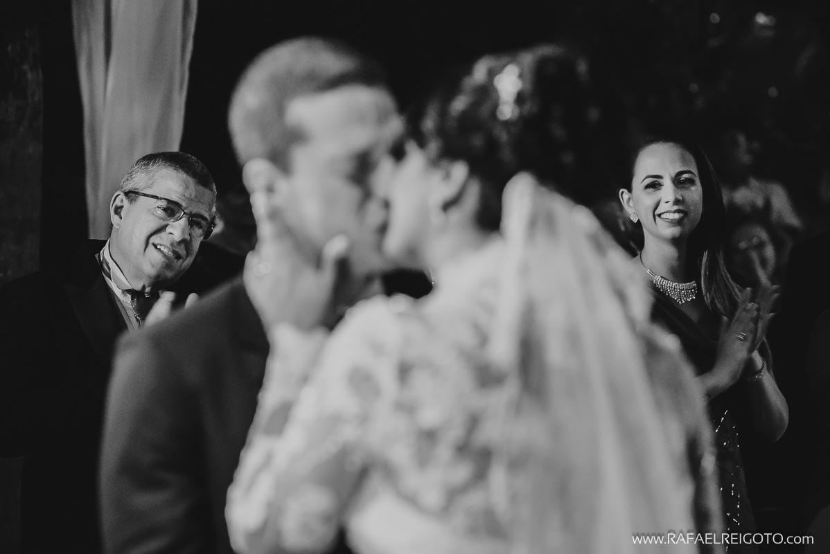 Aplausos dos convidados na hora do beijo do casal Priscila e Vitor na cerimônia de casamento na Green House Buffet, Ilha do Governador, Rio de Janeiro/RJ