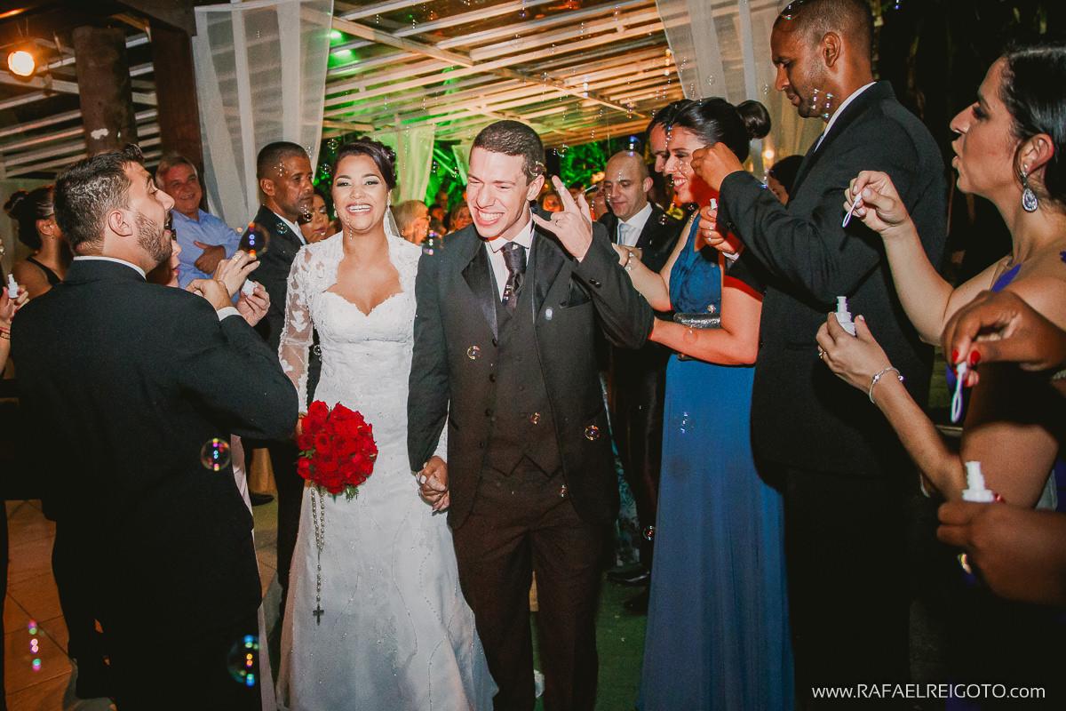Bolinha de sabão para receber o casal  Priscila e Vitor após a cerimônia de casamento na Green House Buffet, Ilha do Governador, Rio de Janeiro/RJ