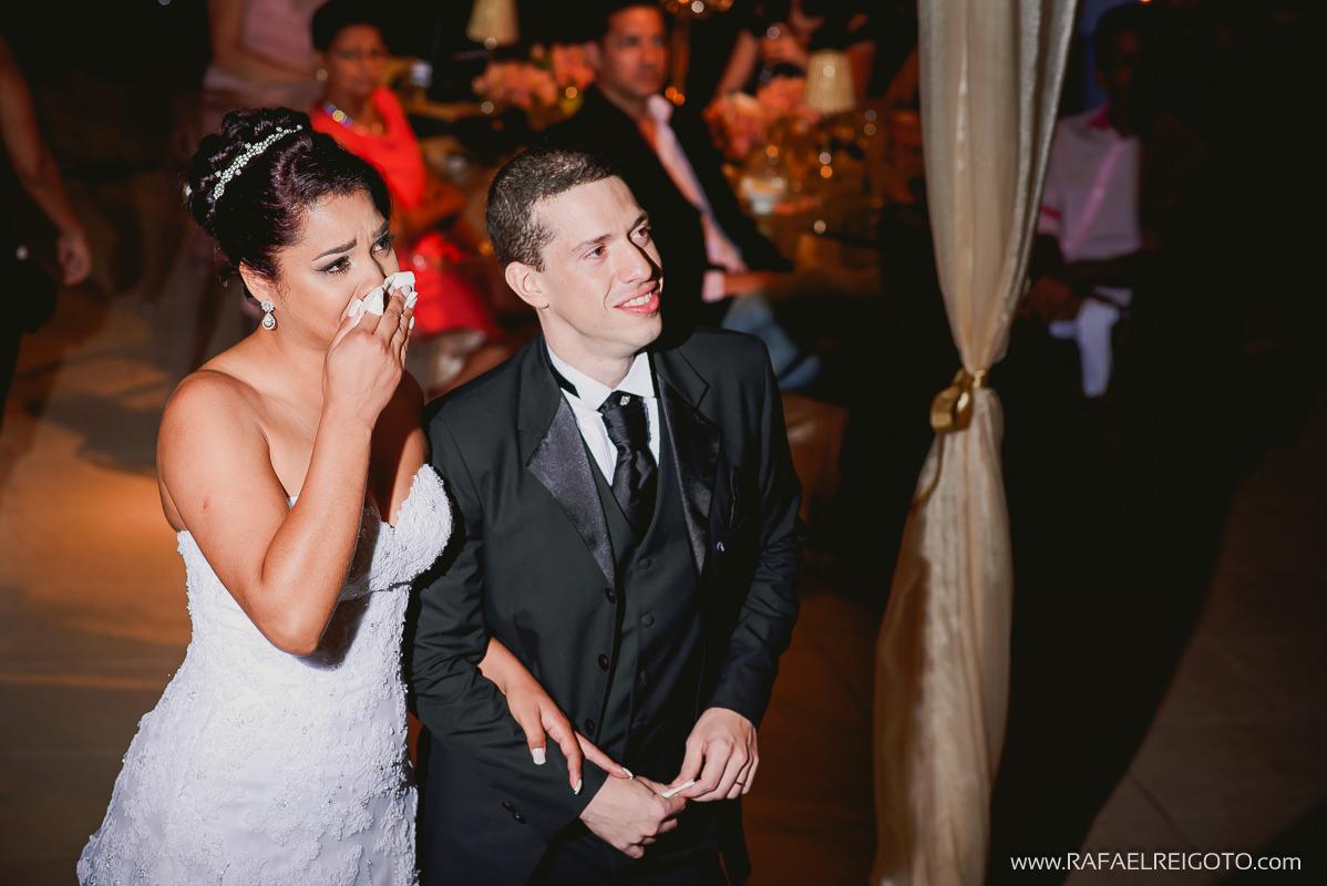 A noiva Priscila emocionada com o vídeo transmitido no telão, Green House Buffet, Ilha do Governador, Rio de Janeiro/RJ