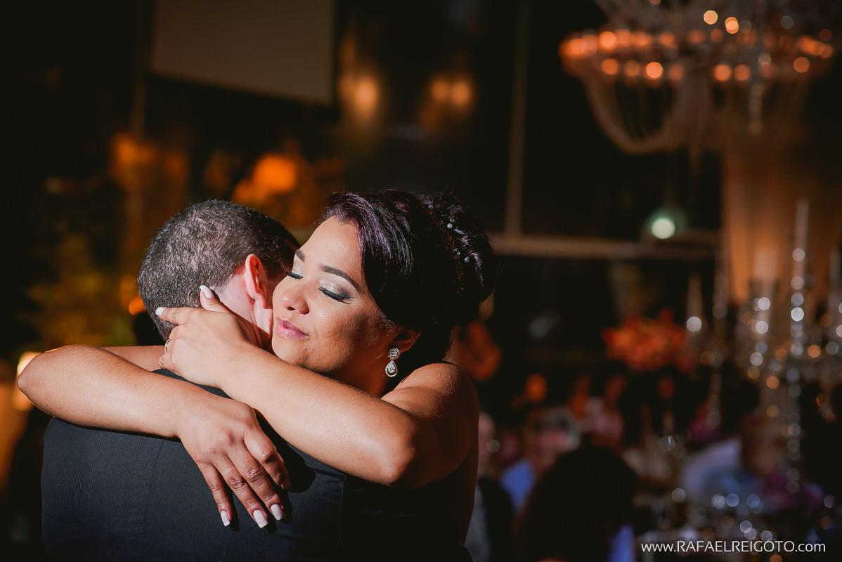 Abraço cheio de emoção dos noivos Priscila e Vitor na festa de casamento no Green House Buffet, Ilha do Governador, Rio de Janeiro/RJ