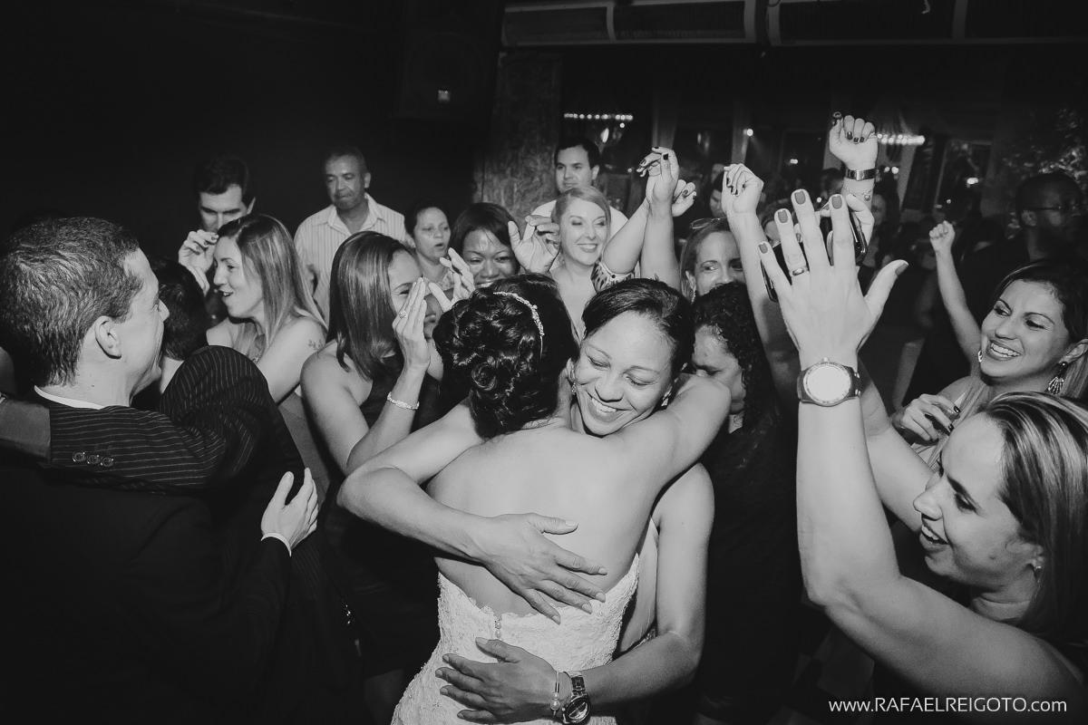 Convidados aplaudindo a noiva na pista de dança do casamento de Priscila e Vitor no Green House Buffet, Ilha do Governador, Rio de Janeiro/RJ
