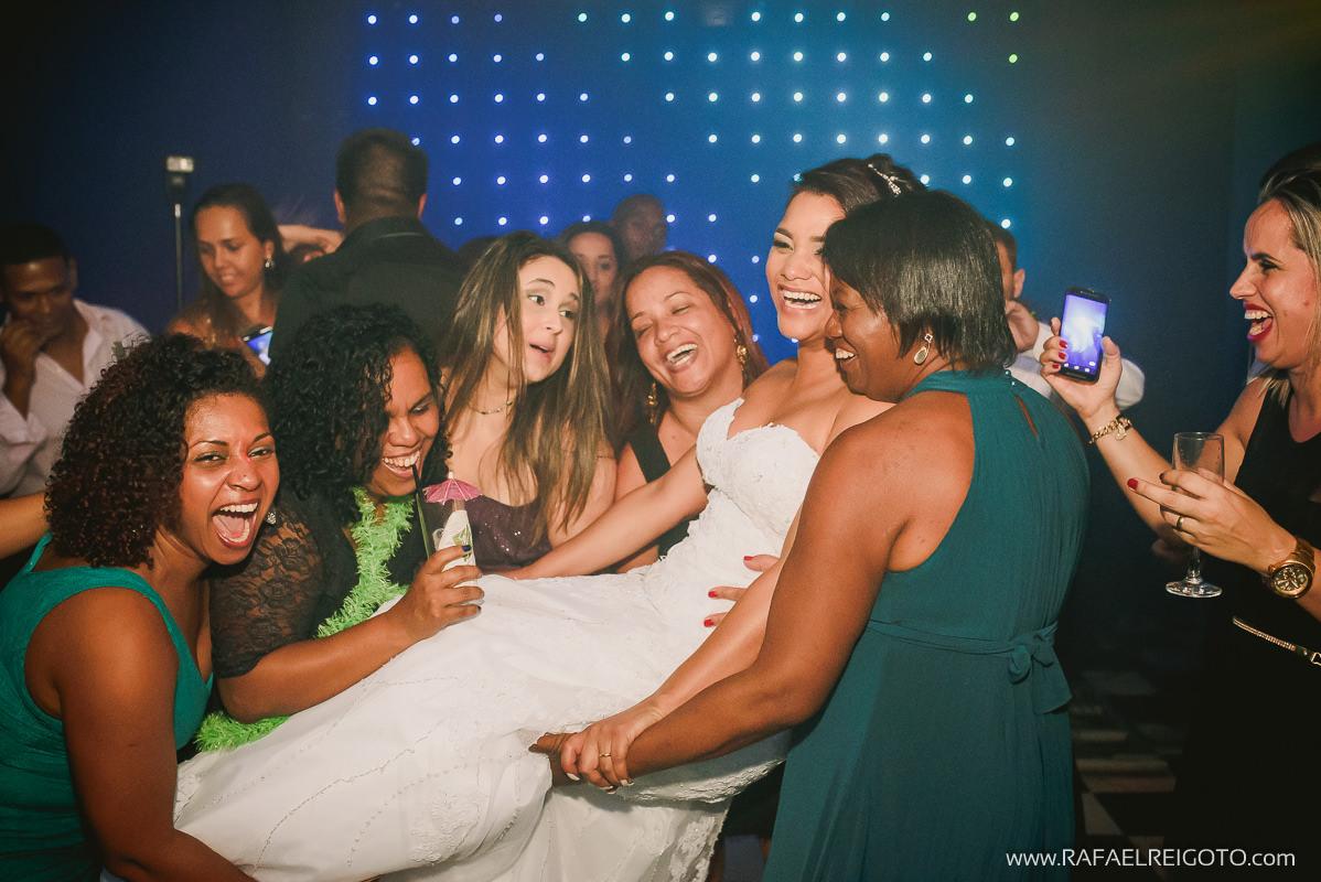 A noiva sendo levantada pelas amigas na pista de dança do casamento de Priscila e Vitor no Green House Buffet, Ilha do Governador, Rio de Janeiro/RJ