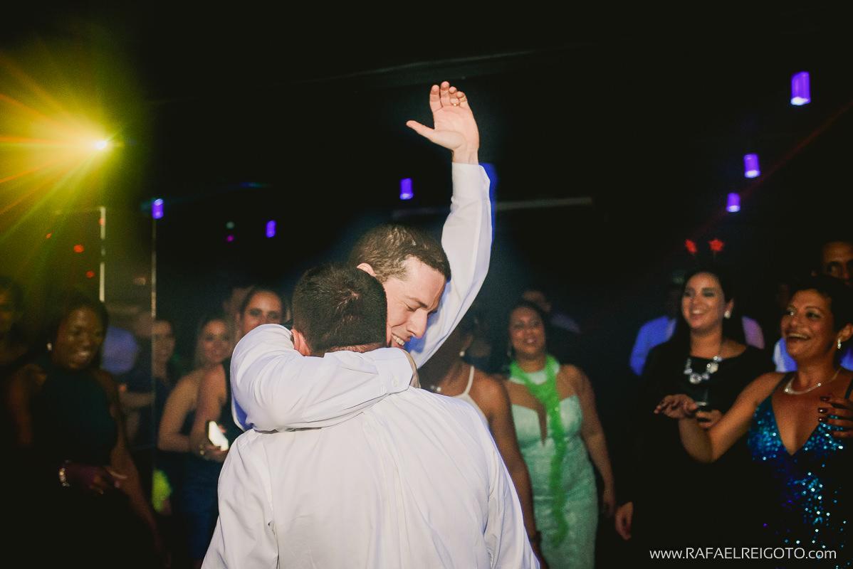 O noivo Vitor abraçando seu amigo na ´pista de dança em seu casamento na Green House Buffet, Ilha do Governador, Rio de Janeiro/RJ