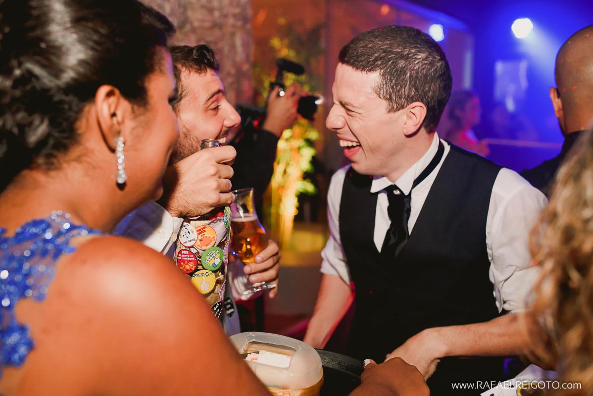 Hora de passar a garrafa para arrecadar o dinheiro na pista de dança do casamento de Priscila e Vitor, Green House Buffet, Ilha do Governador, Rio de Janeiro/RJ