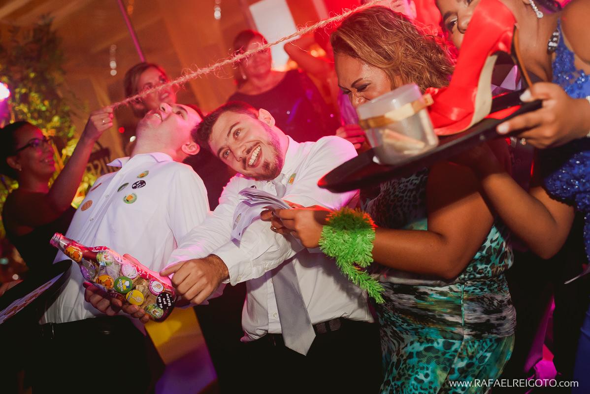 Convidados dançando dança da cordinha e arrecadando dinheiro para os noivos no casamento de Priscila e Vitor, Green House Buffet, Ilha do Governador, Rio de Janeiro/RJ