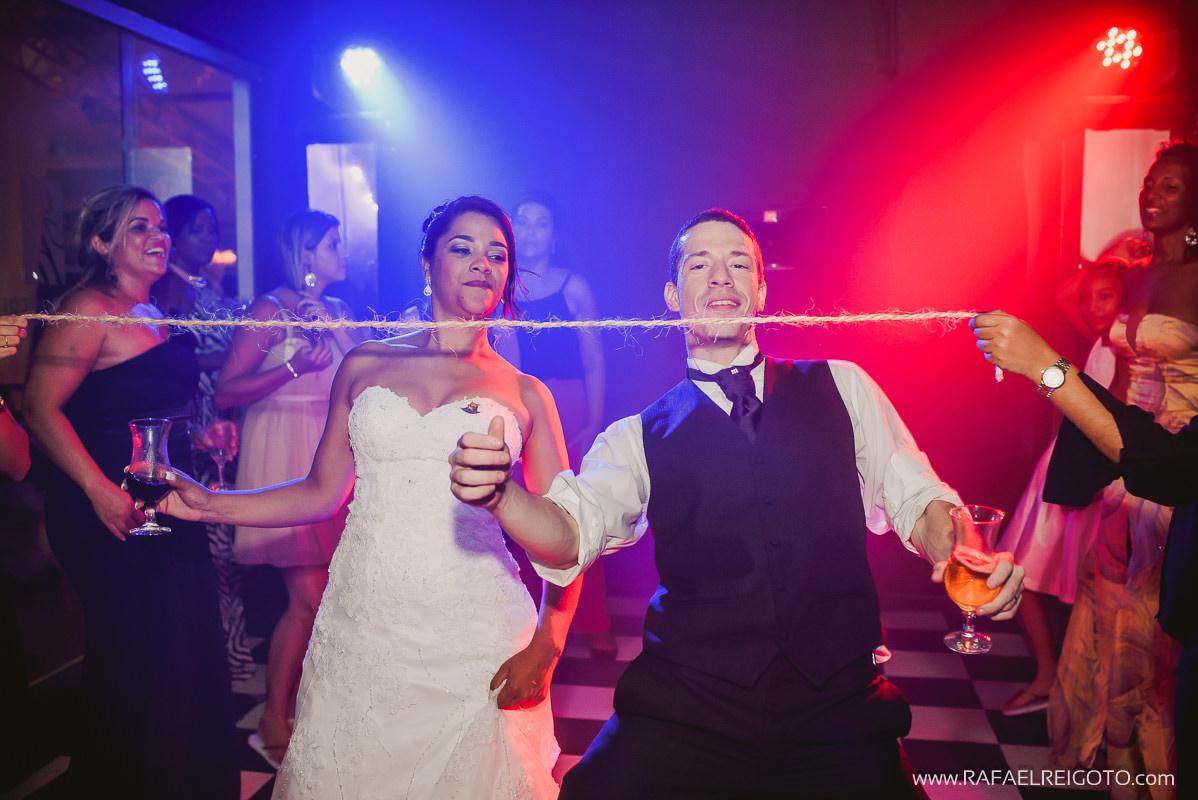 Noivos Priscila e Vitor dançando dança da cordinha na festa de casamento no Green House Buffet, Ilha do Governador, Rio de Janeiro/RJ