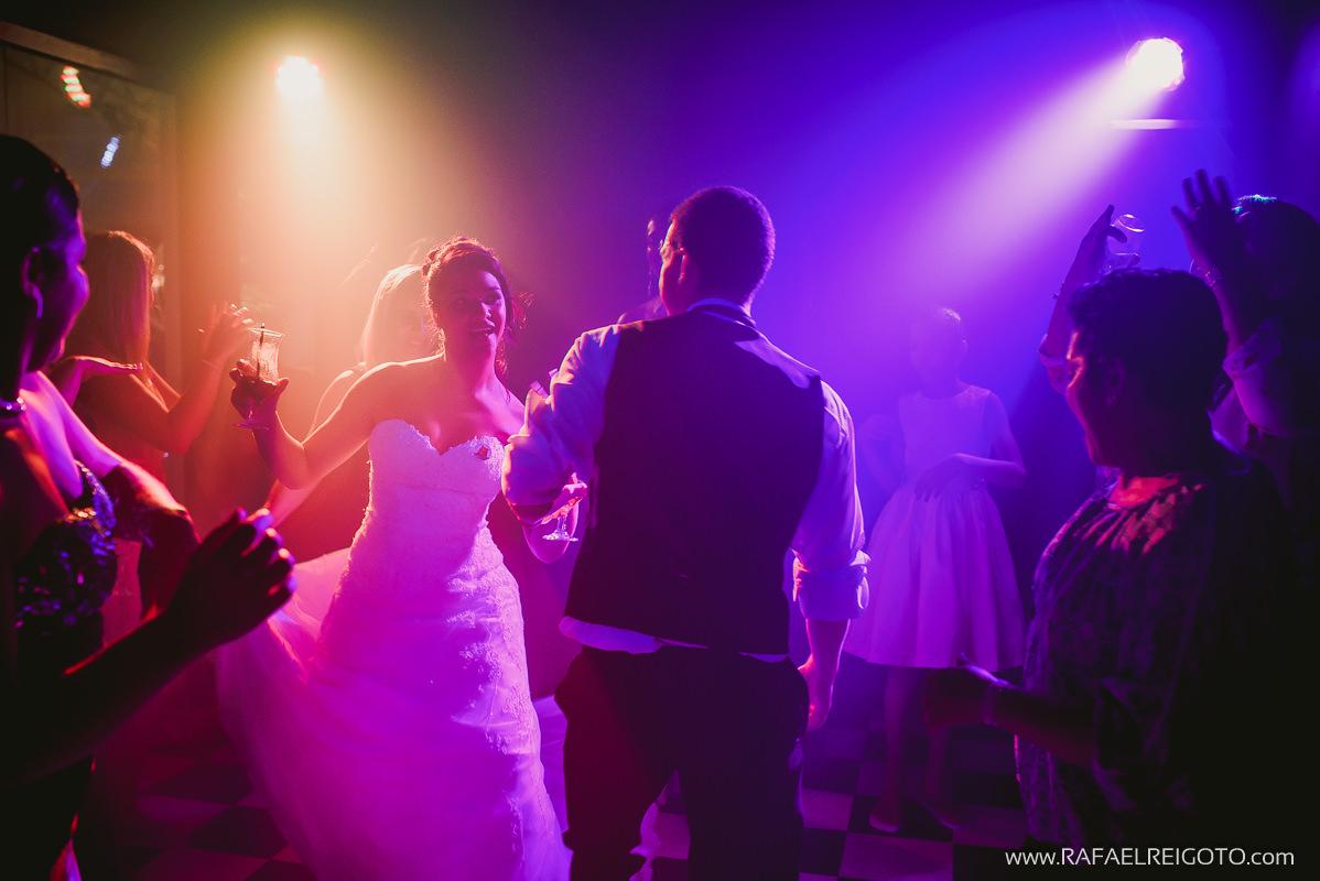 Convidados e noivos felizes na pista de dança do casamento de Priscila e Vitor no Green House Buffet, Ilha do Governador, Rio de Janeiro/RJ