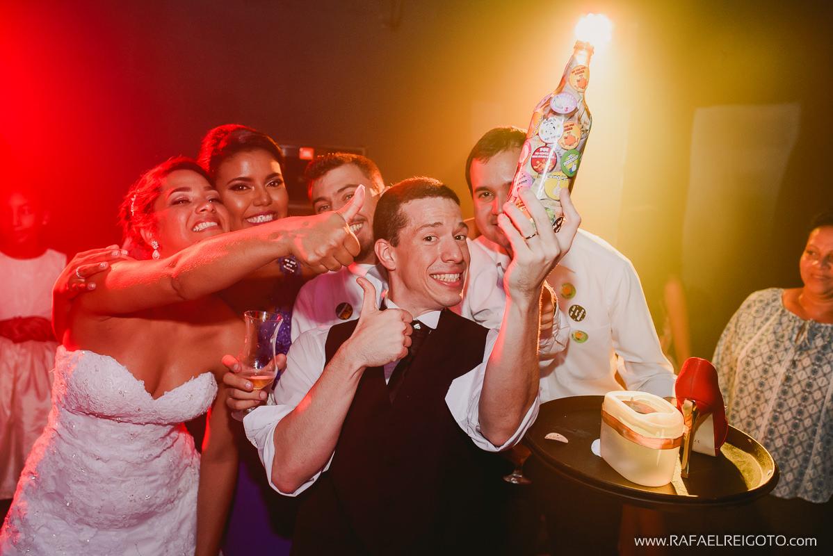 O noivo Vitor segurando a garrafa com o dinheiro que os convidados deram no seu casamento Green House Buffet, Ilha do Governador, Rio de Janeiro/RJ