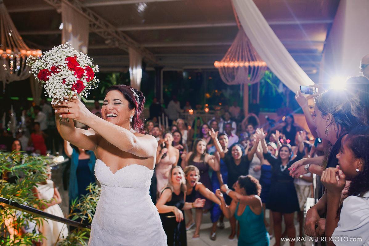 A noiva Priscila pronta para jogar o buquê no seu casamento no Green House Buffet, Ilha do Governador, Rio de Janeiro/RJ